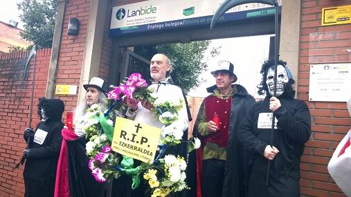 """97FM irratia: Entrevista  a  Javier  Alonso  en  una  """"marcha  fúnebre""""  por  los  derechos  sociales  en  Sestao"""