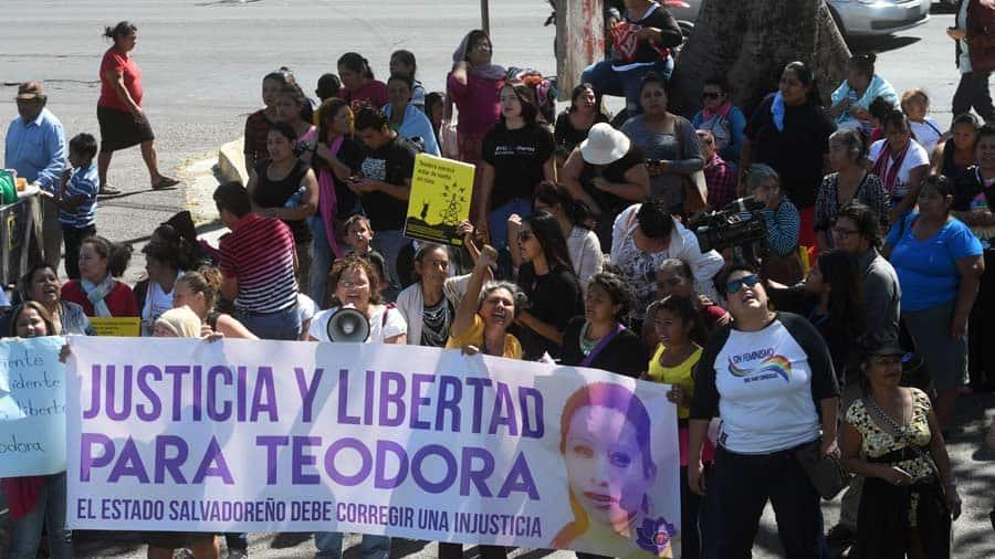 Mar de Fueguitos: la lucha por despenalizar el aborto en El Salvador